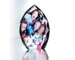 cristallo con foto di persone sorridenti.