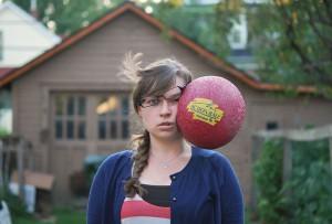 Autoscatto di Kaija Straumanis colpita da un pallone