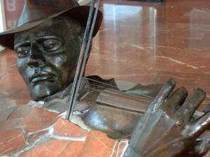 Statua violinista nel pavimento